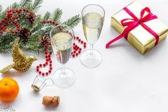 Спрус, мандарин, шампанское, настоящий момент и игрушки для торжества рождества на белом модель-макете предпосылки Стоковое фото RF