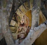 Спрятанная балийская духовная деревянная статуя в нише Стоковое фото RF