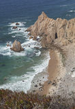 Спрятанный атлантический пляж в Португалии, чистой воде Стоковое Изображение RF