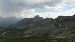 Спрятанный взгляд живописной долины горы сценарный Молния зацеплянная видео в горах Altai акции видеоматериалы