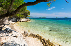 Спрятанный пляж в Далмации с кристаллом - чистой водой, Хорватией стоковое фото rf