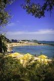 Спрятанный пляж за листьями Стоковые Изображения