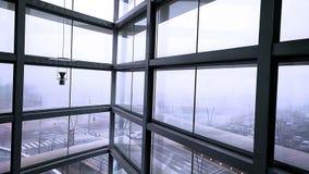 Спуская современный лифт в стекле и металле сток-видео