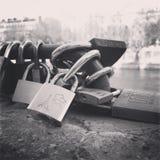 Спуск влюбленности запертый, Париж, Европа Стоковая Фотография