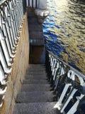 Спуск к воде на лестницах гранита стоковое фото