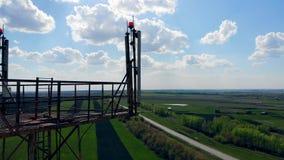 Спутники и антенны работая на клетчатой башне сток-видео