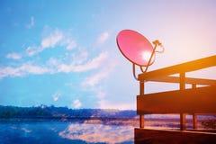 Спутниковая антенна-тарелка и антенны ТВ на доме Малый спутниковый муравей Стоковая Фотография