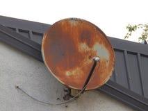 Спутниковая антенна-тарелка старого ржавого приемника ТВ Стоковое фото RF