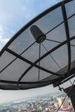 Спутниковая антенна-тарелка в городе Стоковые Фотографии RF