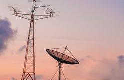 Спутниковая антенна-тарелка и радиоприемник на небе Стоковые Изображения