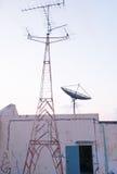 Спутниковая антенна-тарелка и радиоприемник Стоковые Изображения