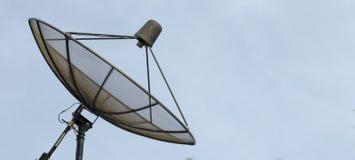 Спутниковая антенна-тарелка на голубом небе Стоковые Изображения