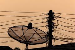 Спутниковая антенна-тарелка на крыше Стоковая Фотография RF