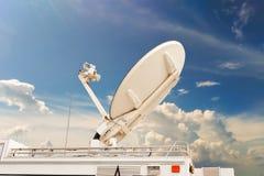 Спутниковая антенна-тарелка на передатчике автомобиля посылает сигнал Стоковая Фотография