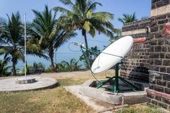 Спутниковая антенна-тарелка на побережье Стоковое Изображение