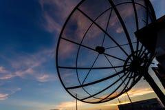 Спутниковая антенна-тарелка на twilight времени Стоковое Фото