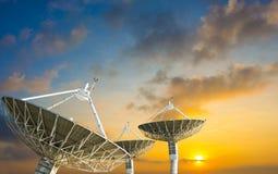 Спутниковая антенна-тарелка получая сигнал данных для сообщения Стоковые Фотографии RF