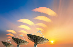 Спутниковая антенна-тарелка получая сигнал данных для сообщения Стоковые Изображения
