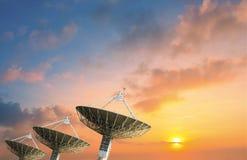 Спутниковая антенна-тарелка получая сигнал данных для сообщения Стоковое Изображение