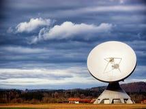Спутниковая антенна-тарелка - радиотелескоп Стоковые Изображения