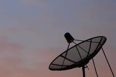 Спутниковая антенна-тарелка силуэта Стоковое Изображение RF