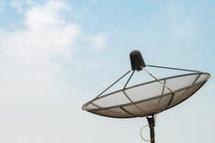 Спутниковая антенна-тарелка спутника связи антенны на ясном небе Стоковое фото RF