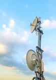 Спутниковая антенна-тарелка установленная на крышу для того чтобы соединить ТВ к allo стоковые изображения