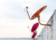 Спутниковая антенна-тарелка установленная на крышу для того чтобы соединить ТВ к allo стоковая фотография