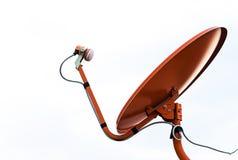 Спутниковая антенна-тарелка установленная на крышу для того чтобы соединить ТВ к allo Стоковая Фотография RF