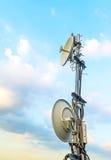 Спутниковая антенна-тарелка установленная на крышу для того чтобы соединить ТВ к allo Стоковое фото RF