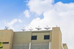 Спутниковая антенна-тарелка для зрелищности родного дома. стоковое фото