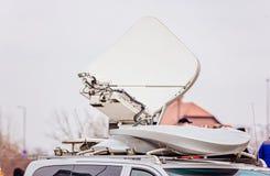 Спутниковая антенна установленная на фургоне телевидения Стоковые Изображения