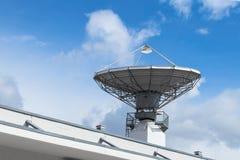 Спутниковая параболистическая антенна для радиосвязей Стоковое фото RF
