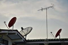 Спутниковая параболическая антенна на верхней крыше Стоковые Изображения