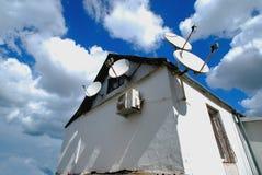 Спутниковые антенна-тарелки для небольшого дома Стоковые Фото