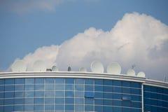 Спутниковые плиты на здании Стоковые Изображения
