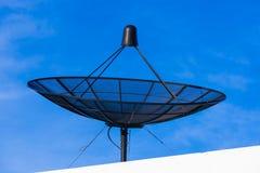 Спутниковый диск на верхней части корня Стоковая Фотография RF