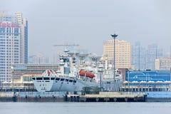 Спутниковый отслеживая сосуд состыковал в порте Шанхае, Китае стоковая фотография rf