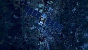 Спутник в низкой орбите над городом акции видеоматериалы