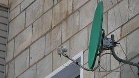 Спутник прикреплен к стене дома зеленая смертная казнь через повешение спутниковой антенна-тарелки на доме сток-видео