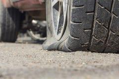 Спущенная шина автомобиля Стоковые Изображения