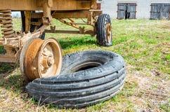 Спущенная шина на пакостном и ржавом автомобиле плоская автошина Спущенная шина на пакостном и ржавом автомобиле Стоковое фото RF