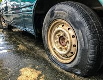 Спущенная шина старого автомобиля на дороге Стоковое Фото