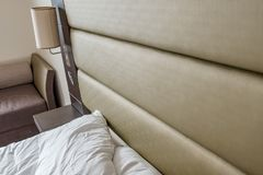 Спят постельные принадлежности и подушка увиденные в современной квартире спальни Стоковое Изображение RF