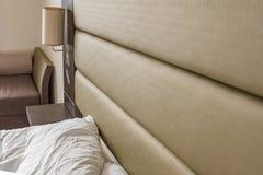 Спят постельные принадлежности и подушка увиденные в современной квартире спальни Стоковое Изображение