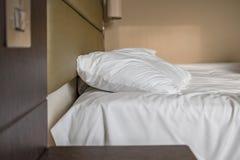 Спят постельные принадлежности и подушка увиденные в современной квартире спальни Стоковые Фотографии RF