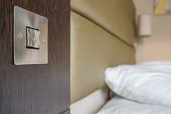 Спят постельные принадлежности и подушка увиденные в современной квартире спальни Стоковая Фотография RF