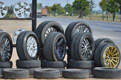 Сплавьте колеса при автошины показывая около дороги Стоковое фото RF