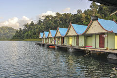 Сплавьте дома на национальном парке Khao Sok, Таиланде стоковое изображение rf