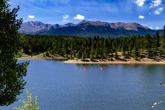 Сплавляться и восхождение на борт затвора на озере гор Стоковое Фото